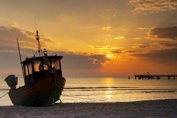 Fischerboot am Ostseestrand der Insel Usedom im Sonnenuntergang - ©www.tilo-grellmann.de - AdobeStock