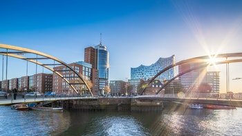 Hamburg - Elbphilharmonie mit Brücken - ©powell83 - AdobeStock
