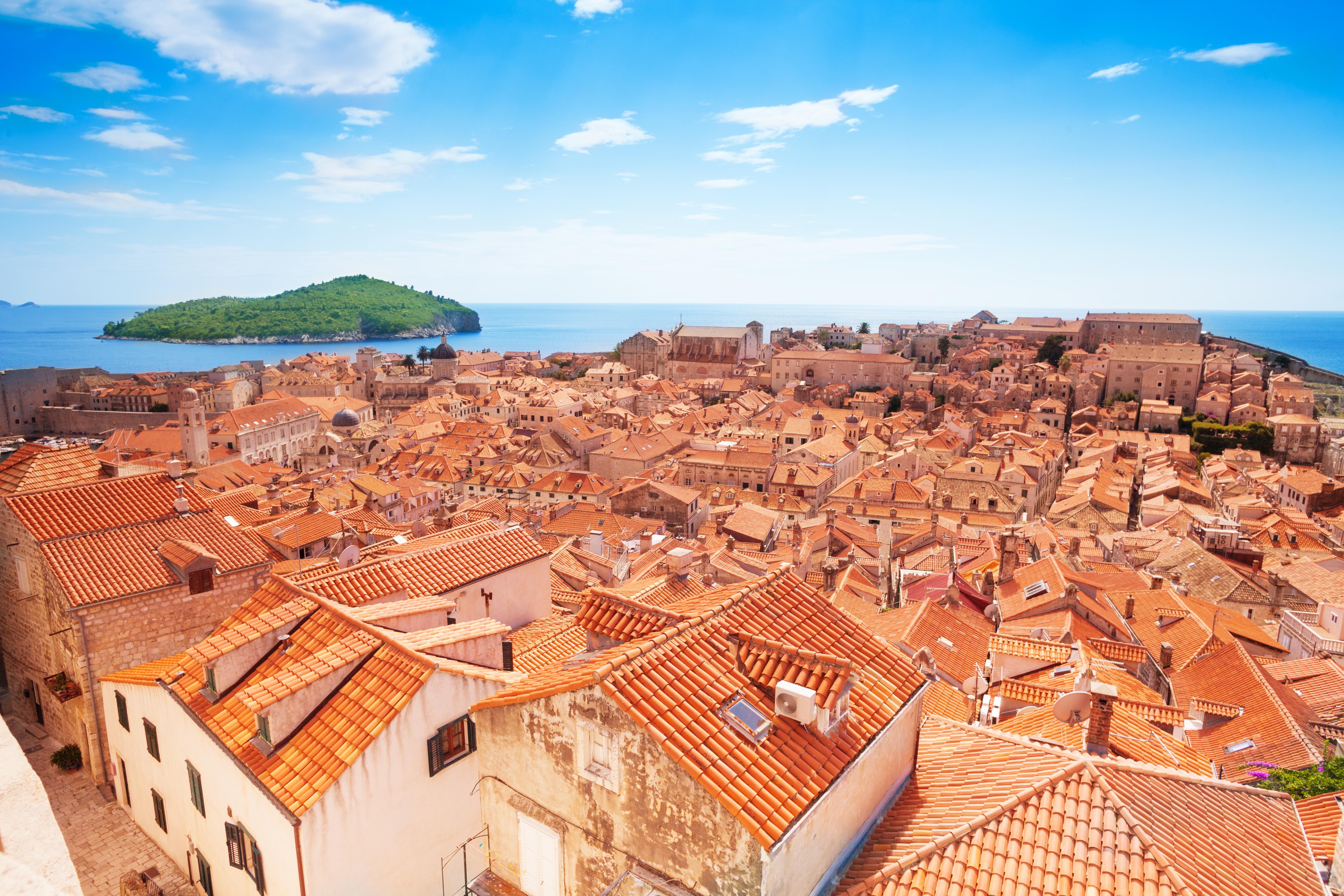 https://assets.eberhardt-travel.de/2017/Kroatien/53200_Dubrovnik_im_Hintergrund_die_Insel_Lokrum_Original.jpg