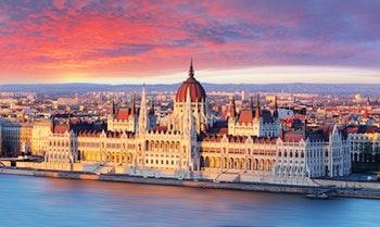 Budapest - Parlament bei Sonnenuntergang - ©TTstudio - AdobeStock