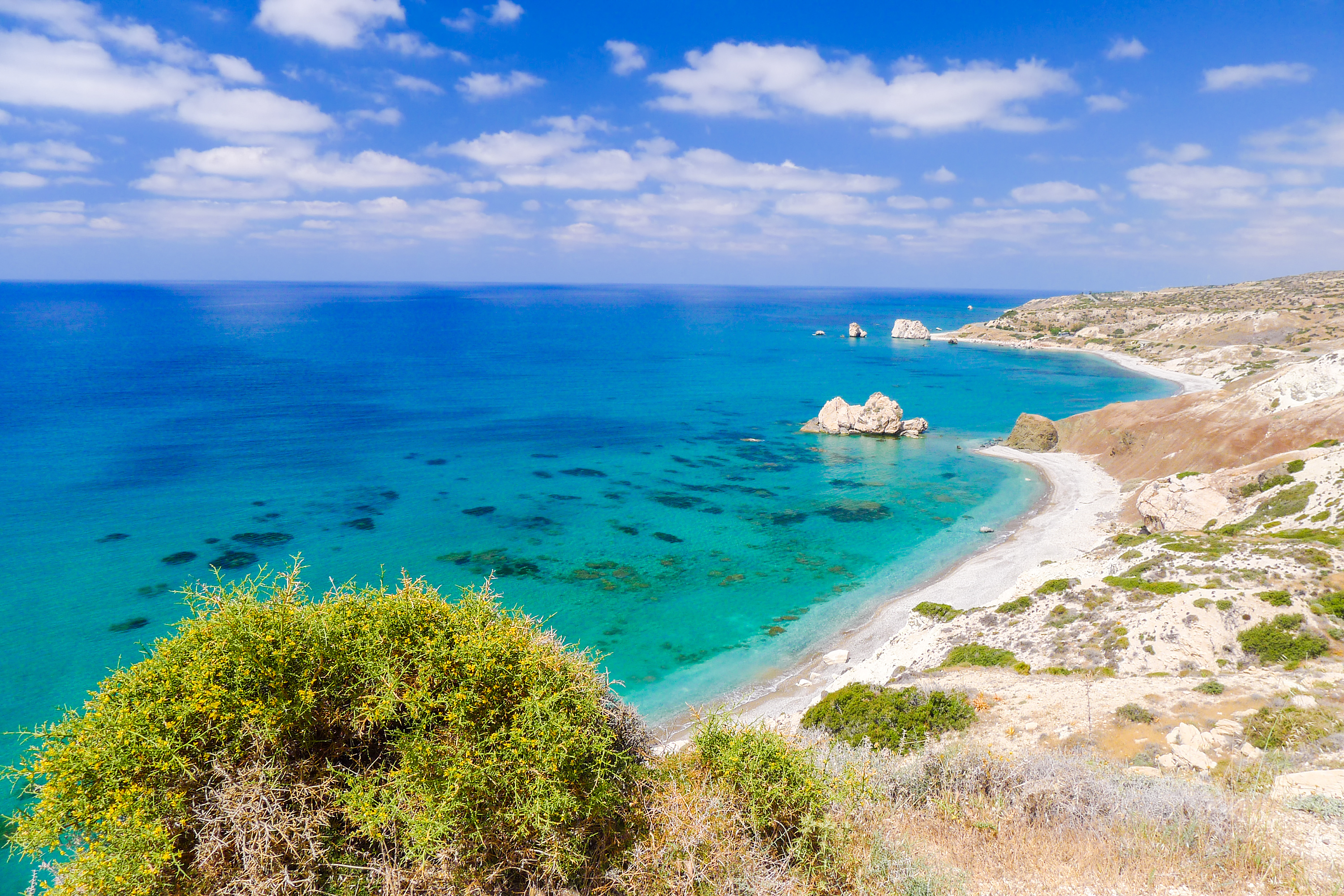 https://assets.eberhardt-travel.de/2017/Zypern/55499_Rock_of_Aphrodite_beautiful_beach_and_sea_bay_Cyprus_island_Original.jpg
