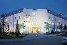 Die Fassade des Victor's Residenz-Hotels München illuminiert bei Nacht, Copyright: Victor's Unternehmensgruppe / © Barbara Heinz