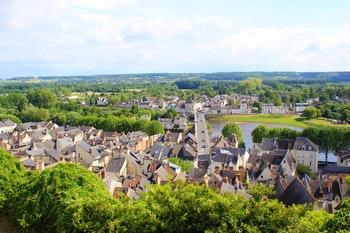 Blick von der Festung Chinon auf die Stadt Chinon mit Loire - ©rbkelle - stock.adobe.com