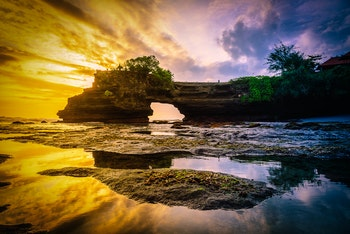 Tanah Lot-Tempel auf Bali in Indonesien bei Sonnenuntergang - ©©nuttawutnuy - stock.adobe.com