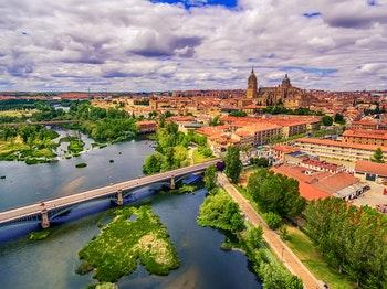 Die alte Stadt Salamanca mit der neuen Kathedrale und Blick auf den Fluss - ©©krivinis - stock.adobe.com
