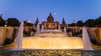 Hell erleuchtete Fontänen im Park von Montjuic in Barcelona - ©©shantihesse - stock.adobe.com