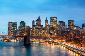 New York, Manhattan & Brooklyn Bridge am Abend - ©Beboy - Adobe Stock