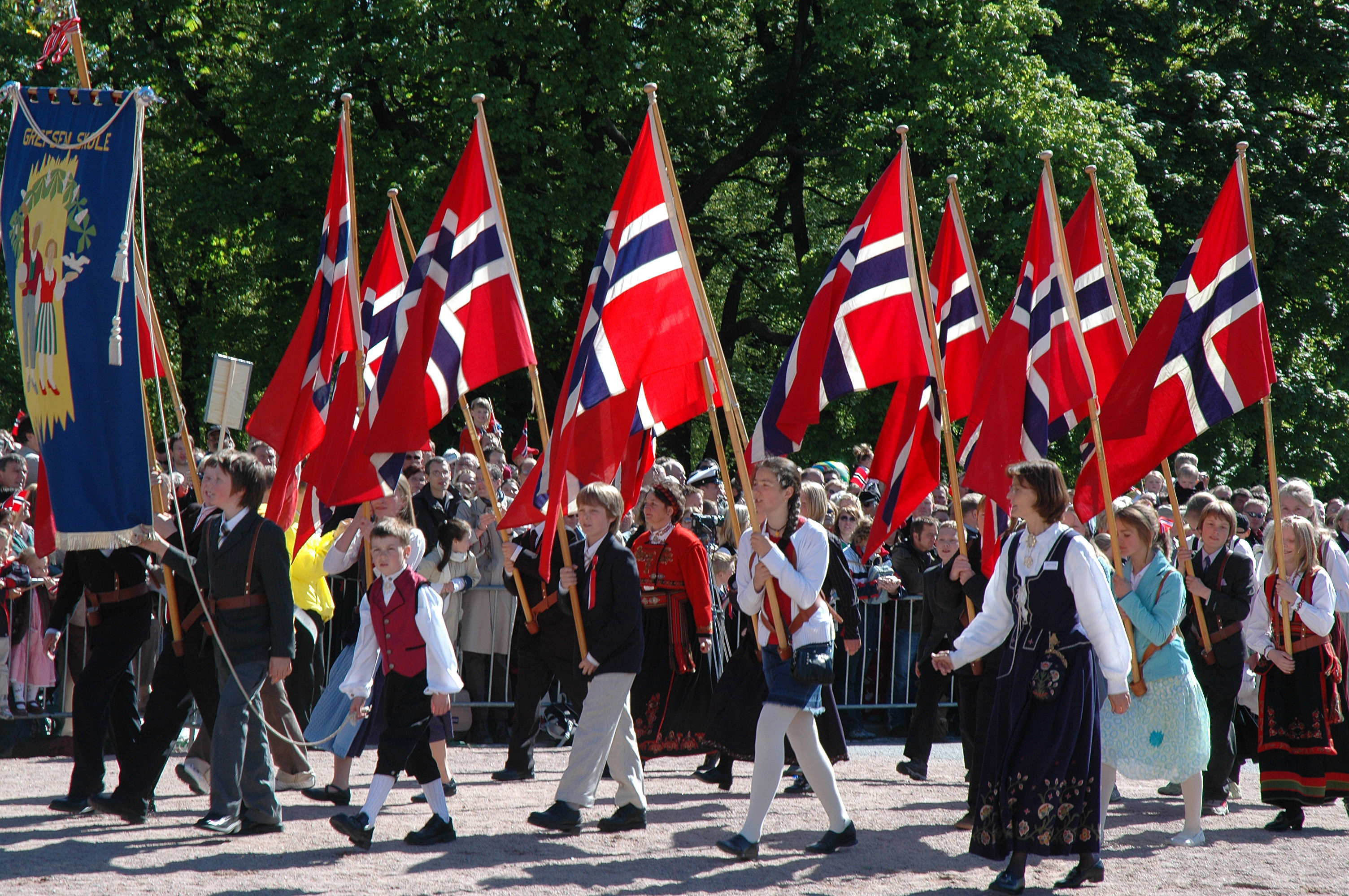 https://assets.eberhardt-travel.de/2019/Norwegen/68633_Oslo__Kinderparade_am_Nationalfeiertag_Original.jpg