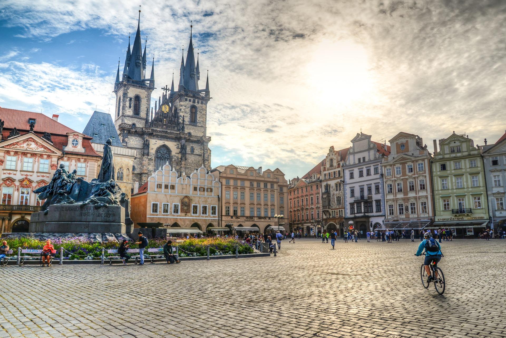 https://assets.eberhardt-travel.de/2020/Tschechien/87968_Altstaedter_Ring_in_Prag_Tschechien_Original.jpg