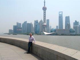 Vor der Skyline von Shanghai
