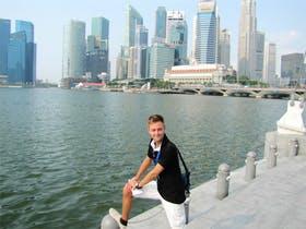 Jacob Spangenberg vor der Skyline in Singapur