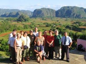 Meine Reisegruppe und ich vor dem Vinales-Tal in Kuba