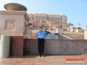 Reisebegleiter Martin vorm Emirates Palace