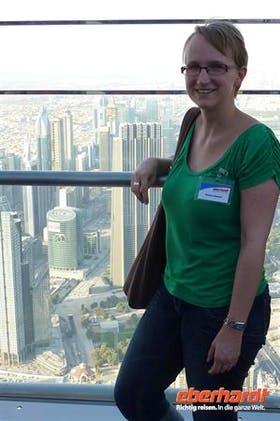 Doreen vor der Skyline Dubais