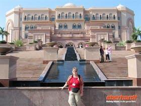Abu Dhabi - Reisebegleiterin Annette Weise vor dem Hotel Emirates Palace