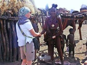 Namibia - Begruessung der Dorfaeltesten bei den HIMBA