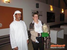 Abu Dhabi -Ein Falkner begr�t uns