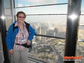 Dubai Reisebegleiterin auf dem Burj Kalifa