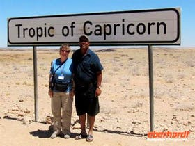 Namibia Annette und Ephraim, örtl. Reiseleiter, am sÌdlihen Wendekreis