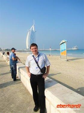 Reisebegleiter Martin vorm Burj Al Arab