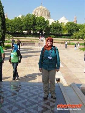 Oman- Reisebegleiterin Annette Weise vor der Sultan-Qabus-Moschee